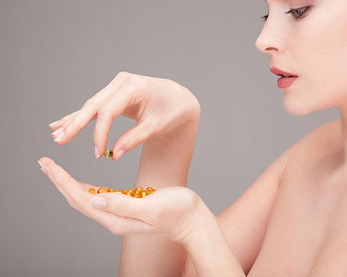 Mujer con vitaminas en la mano