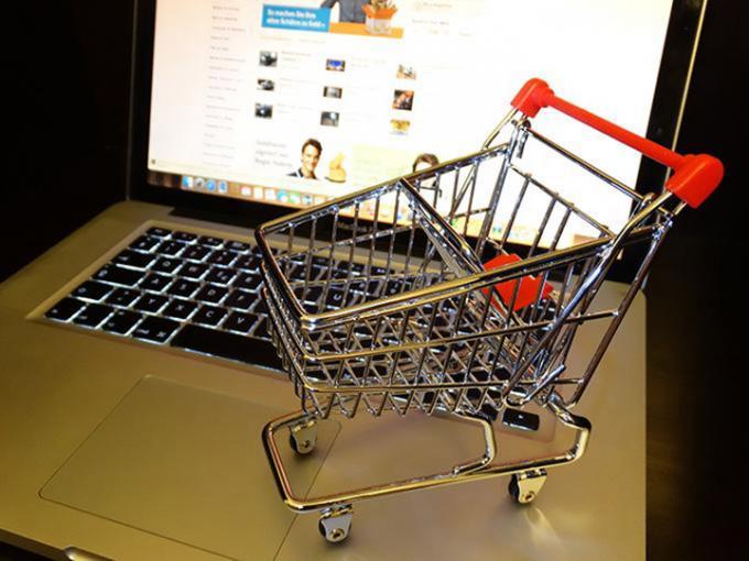 Carrito de compras enfrente de pantalla
