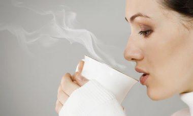 Mujer con taza de agua caliente