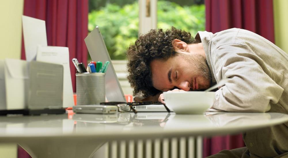 Chico dormido durante su Home Office