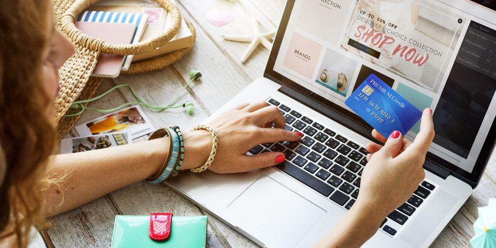Chica comprando en internet