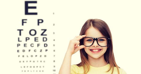 Niña haciendo examen de la vista