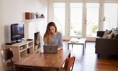 Chica haciendo Home Office