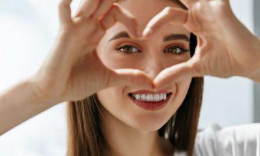 Chica haciendo un corazón con los dedos