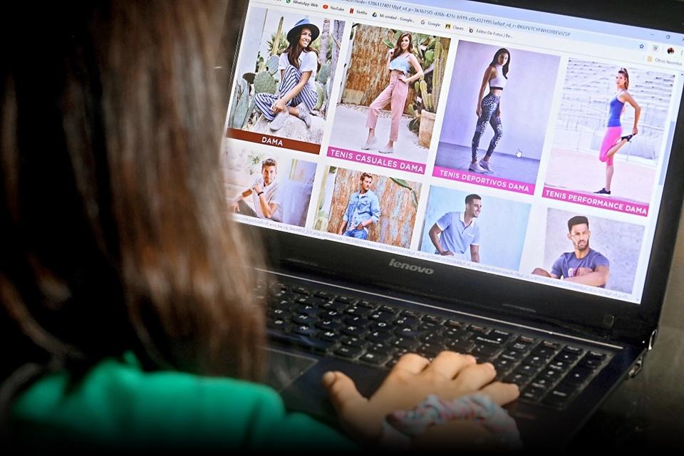 Chica viendo ropa en internet