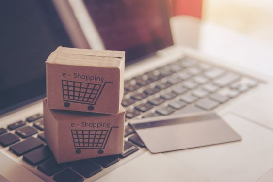 Cajas de compra encima de una laptop y una tarjeta de crédito