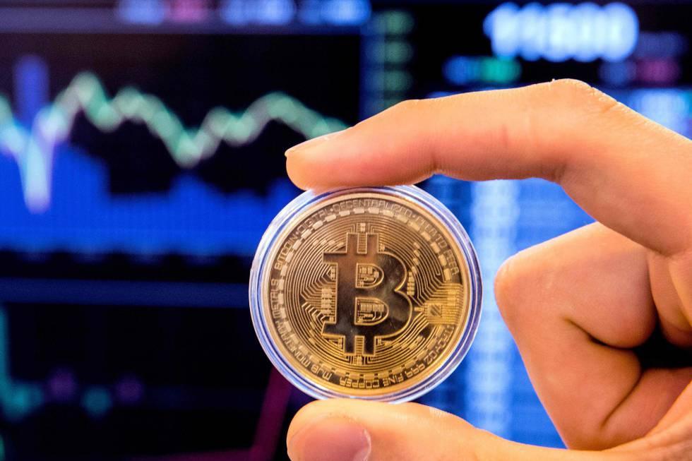 Mano con bitcoin