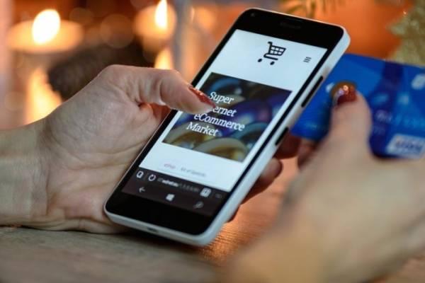 Mujer con aplicación móvil para comprar