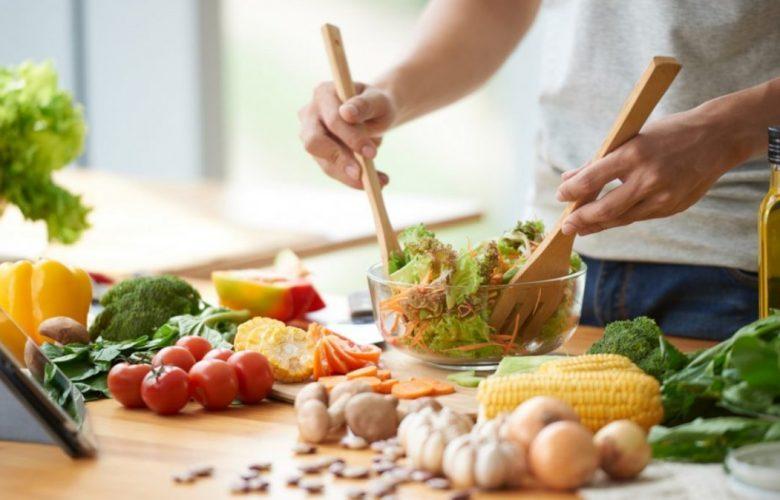 Persona preparando una ensalada