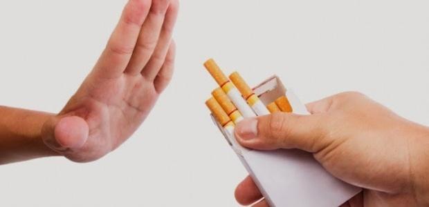 Persona rechazando cajetilla de cigarros