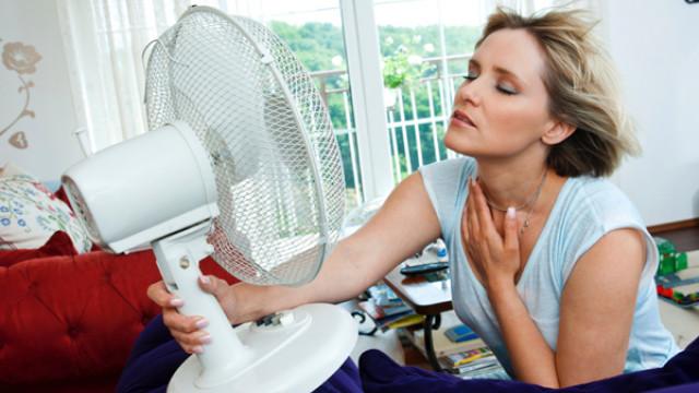 Chica usando un ventilador