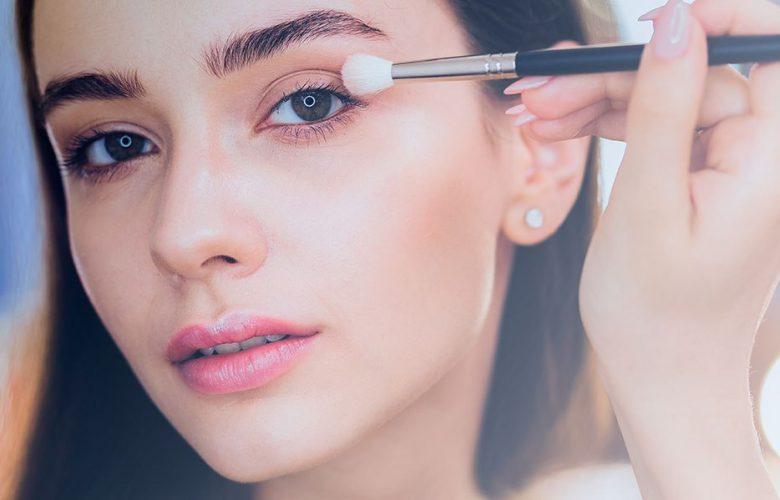 Chica aprendiendo a maquillarse