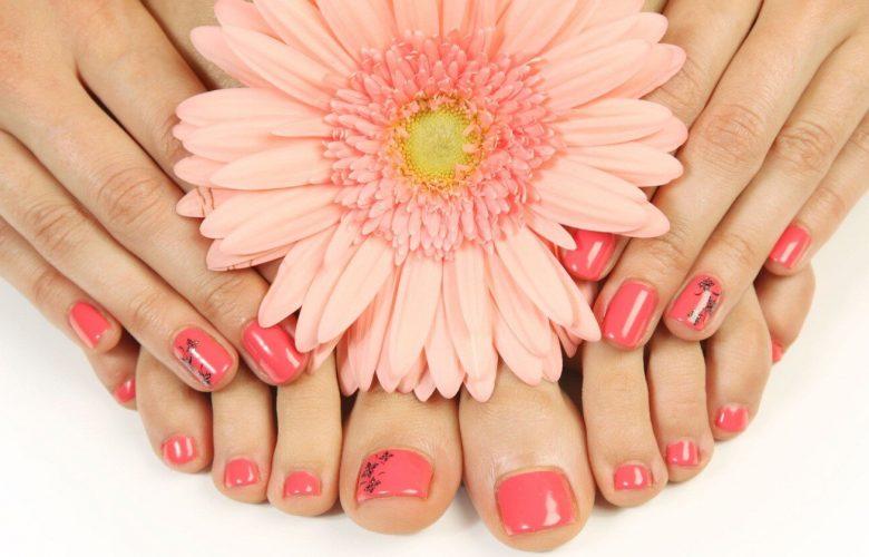 Manos y pies con flor rosa