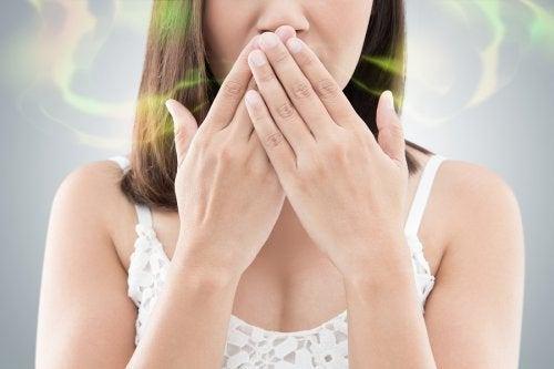 Mujer tapando su boca