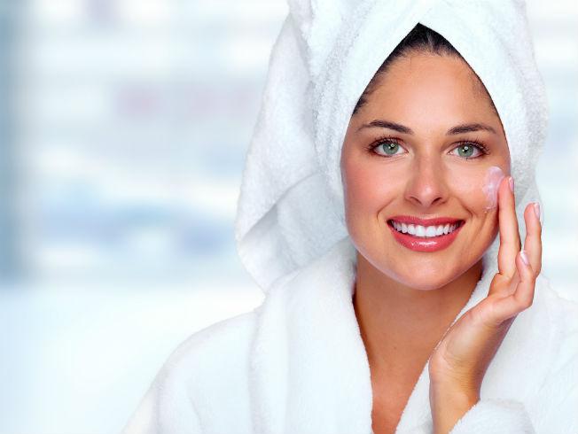 Chica limpiando su cara