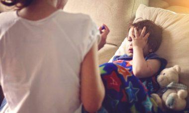Mamá tratando el resfriado de su hijo