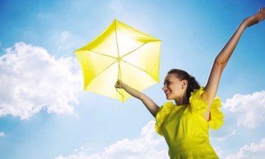 Mujer con paraguas amarillo