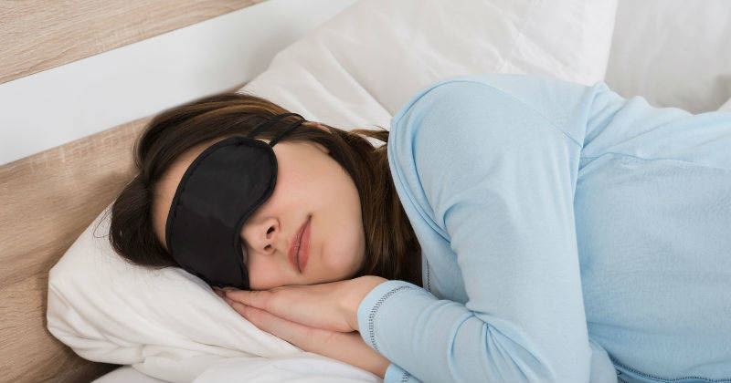 Mujer duerme bien