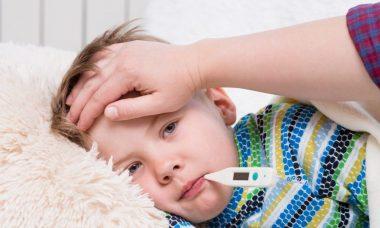 Mamá tratando la fiebre en niños