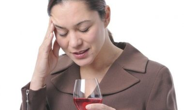 Persona pensando en dejar de beber