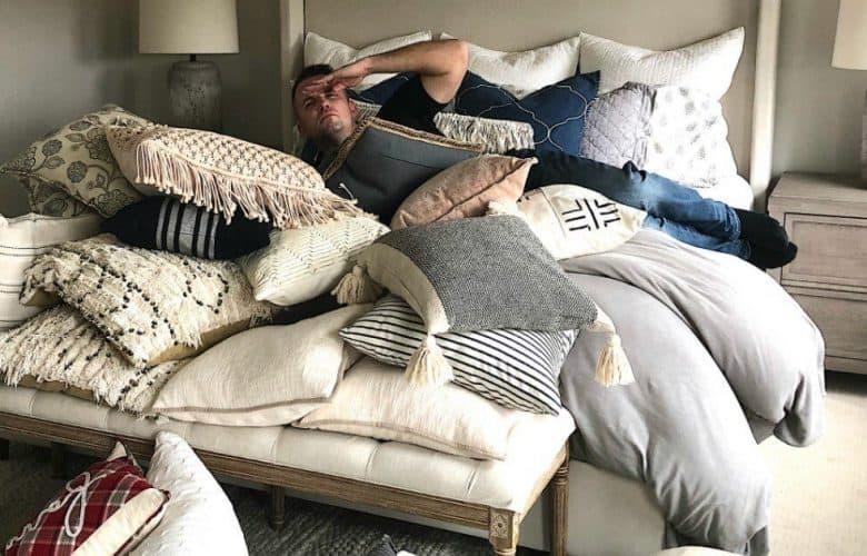 almohadas en la cama