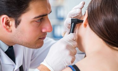 Doctor revisando oído