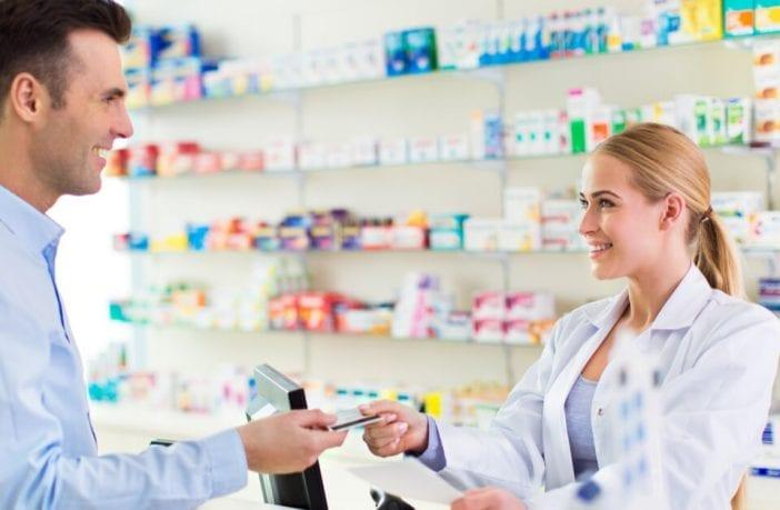 Hombre comprando medicamentos aurax para el dolor de oído