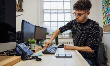 Hombre limpiando sus electrónicos