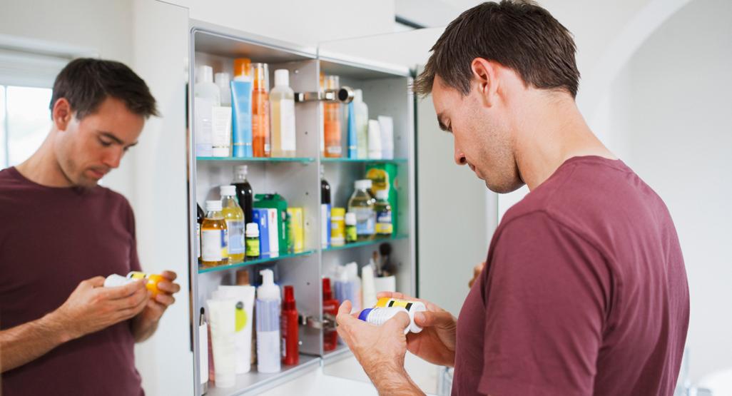 Hombre tomando medicamentos para infección urinaria